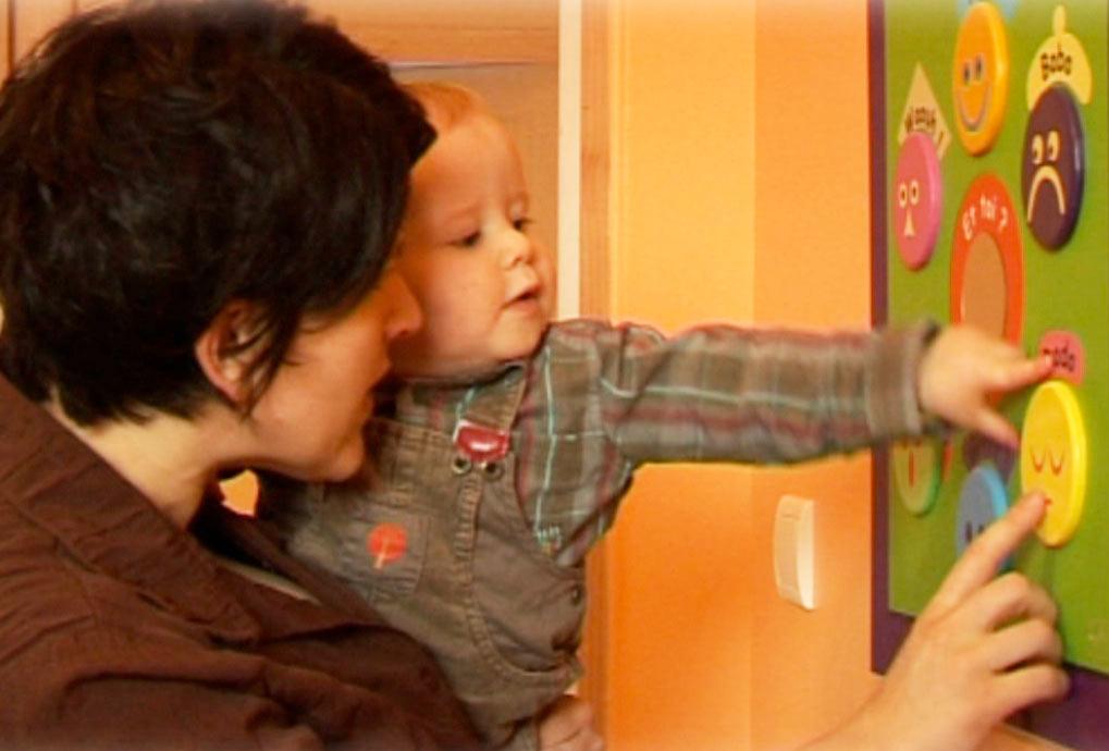 Des tableaux colorés pour capter l'attention de l'enfant
