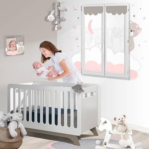 Une déco vraiment bébé fille avec son ourson et ses nuages rose et blanc