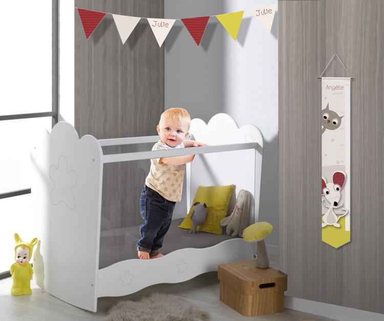 Chambre bébé originale avec des chats stylisés et des souris malicieuses