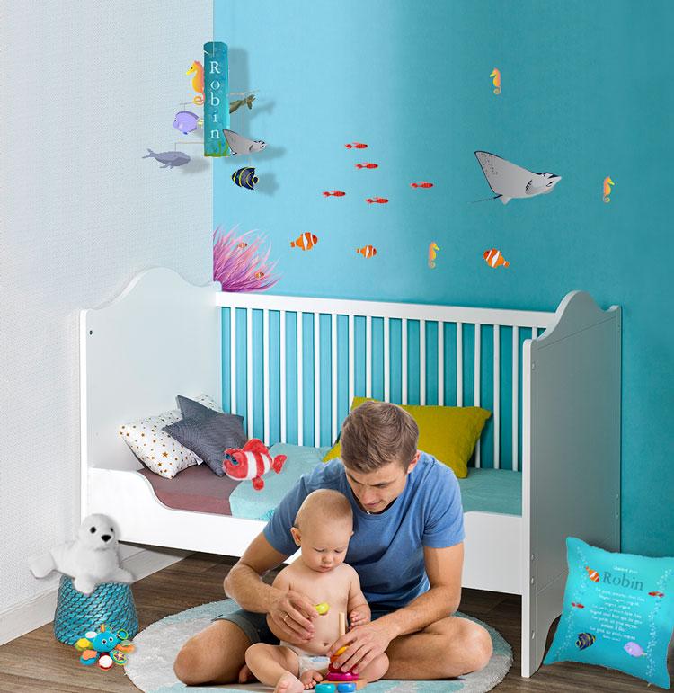 Décor chambre bébé sous la mer avec petits et gros poissons